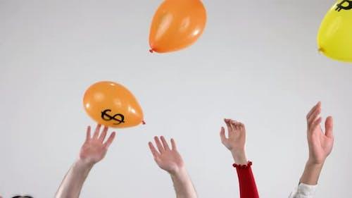 Hände werfen Ballons mit Kryptowährungslogo hoch
