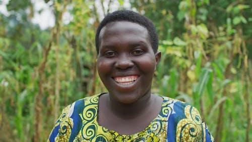 Afrikanische Frau lächelnd