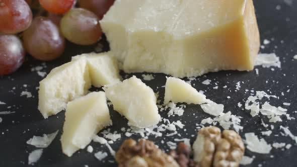Stücke von Parmesan oder Parmigiano-Käse und Trauben