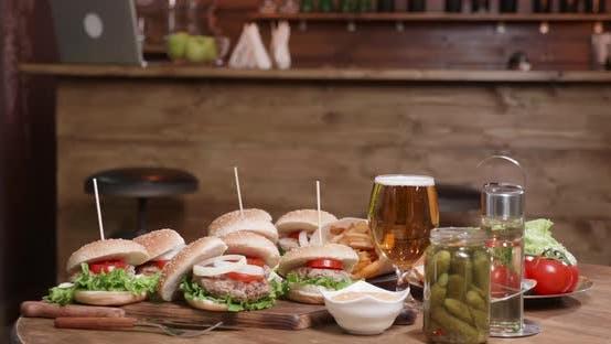 Cover Image for Appetitliche Burger auf einem Tisch in einem kleinen Pub