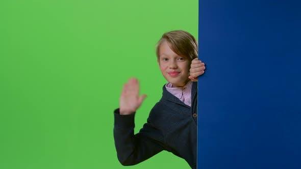 Thumbnail for Kind Boy erscheint von der Seitenwand winkt Hand und ruft zu seinem auf einem grünen Bildschirm