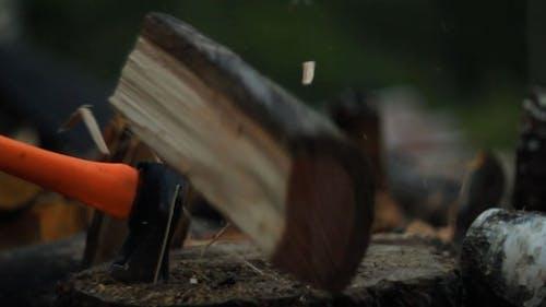 Brennholz hacken