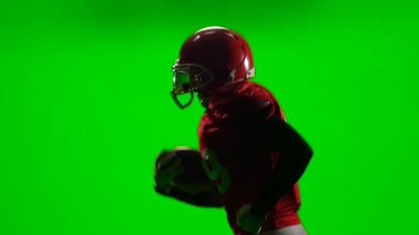 Thumbnail for Der Spieler läuft mit dem Ball in der Hand und wirft ihn. Grüner Bildschirm