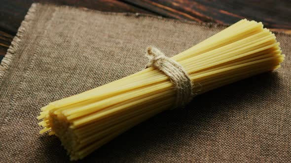 Thumbnail for Bündel roher Spaghetti