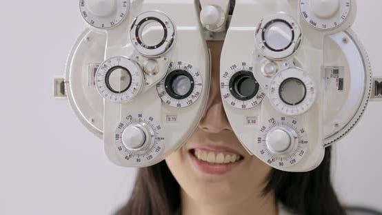 Thumbnail for Frau macht Augentest in der Klinik