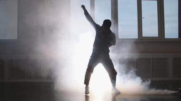 Silhouette eines talentierten jungen Tänzerin, der Hip Hop im Studio tanzt