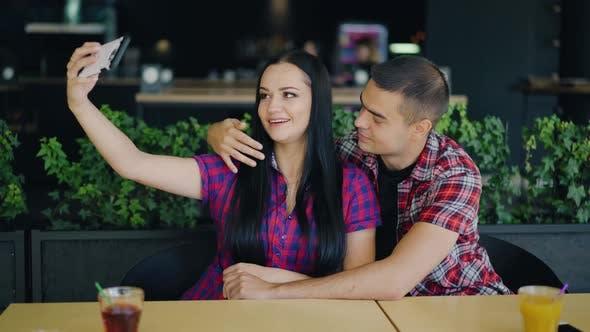 Thumbnail for Paar in der Liebe machen Foto im Restaurant