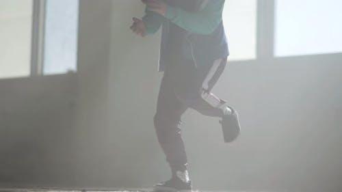 Junger Rapper tanzen in einem verlassenen Gebäude