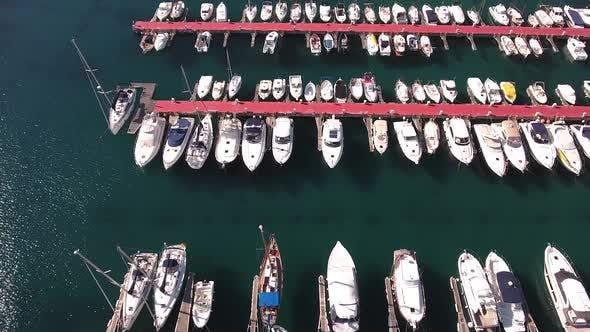 Thumbnail for Fliegen über Boote und Yachten Hafen