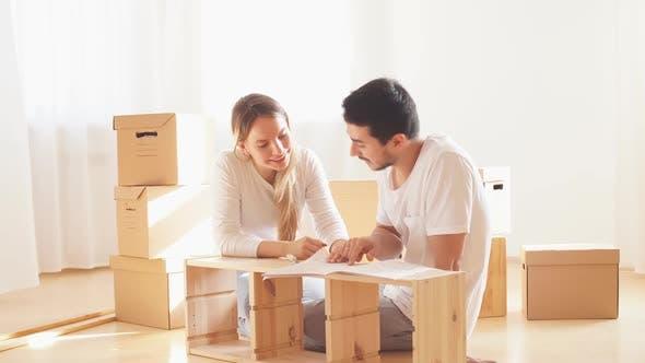 Paar Installation Möbel im neuen Haus mit Anleitung