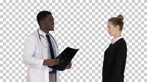 Arzt zeigt einem Patienten die Röntgenergebnisse Dann geht der Patient