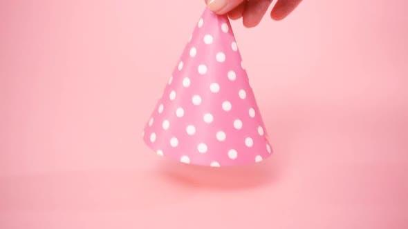 Thumbnail for Rosa Geburtstagshut auf der Geburtstagsparty des kleinen Mädchens.
