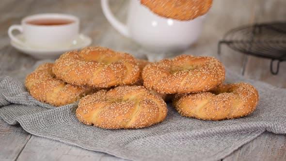 Türkischer Bagel Simit mit Sesam, traditionelles Gebäck der Türkei.