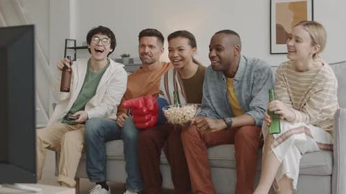 Amis regarder le sport à la télévision