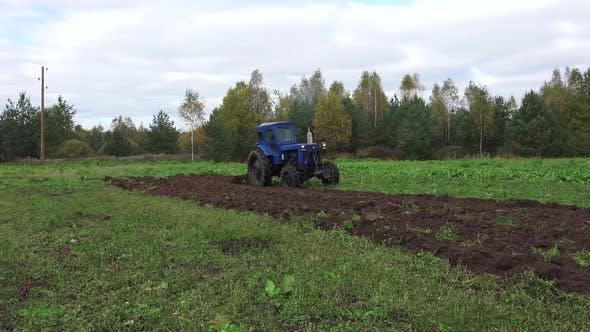 Alter sowjetischer Traktor und Pflügen 3