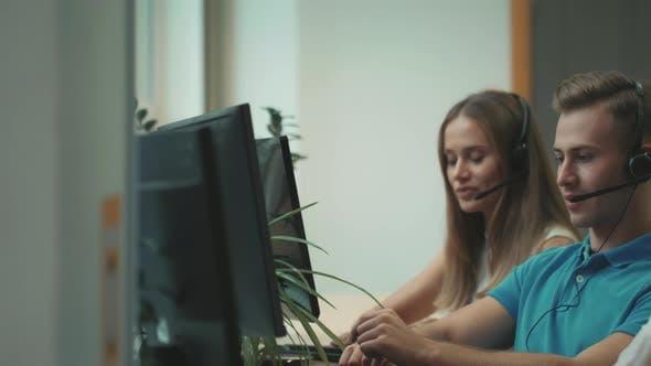 Thumbnail for Call Center-Team kommuniziert mit Kunden. Junge Menschen, die im Call Center arbeiten