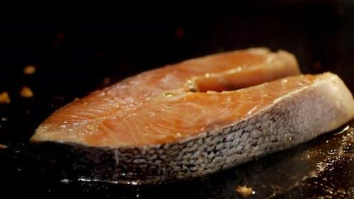 Timelapse Lachssteak in Bratpfanne in heißem Öl geröstet