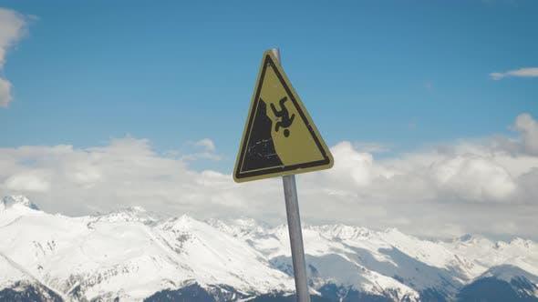 Ein Warnzeichen für einen möglichen Fall vom Berg