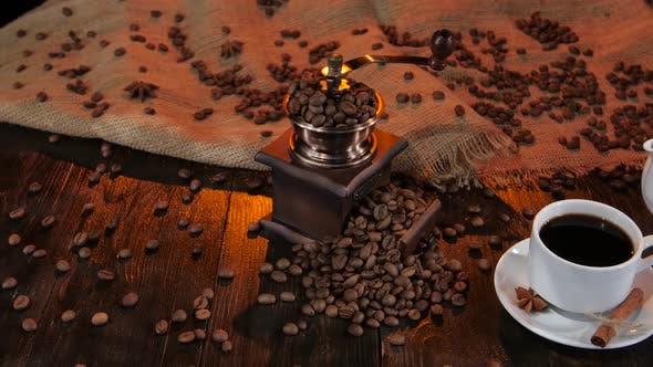 Teekanne und Tasse Kaffee auf Untertasse mit Zimt und Anis