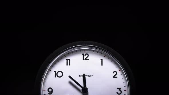 Thumbnail for Zeitraffer einer Uhr auf schwarzem Hintergrund