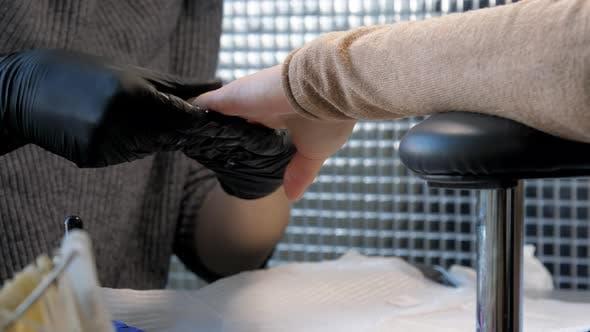 Professionelle Kosmetikerin Massagen Junge Frau Hand im Salon