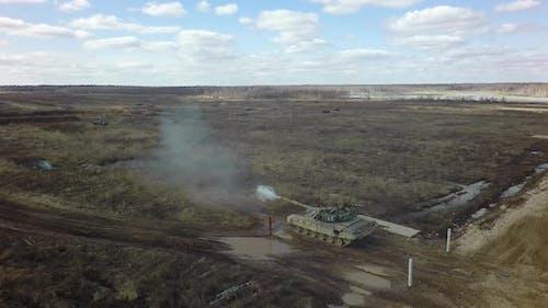 Ein Panzer schießt auf einen Schießstand