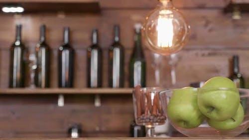 Schiebebewegung von rechts nach links enthüllt eine Schüssel mit Äpfeln ein Croisant und eine weiße Tasse schwarz