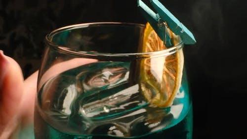 Alkoholisches Getränk mit Zitrone