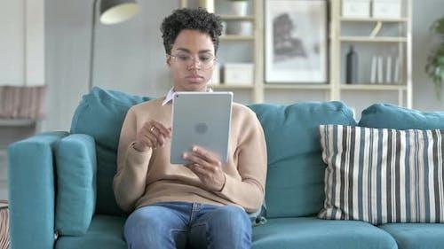 Schöne Mädchen ist mit Digital-Tablet