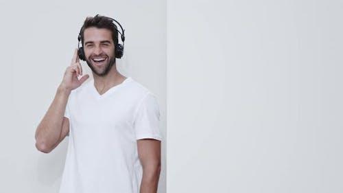 Tanzender Kerl mit Kopfhörern