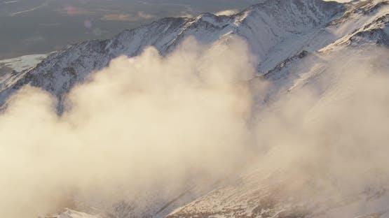 Nahaufnahme des blauen und weißen Hubschraubers, der über den Alaskan River in Richtung Brücke schwebt, Wärmeabgase, Drohne