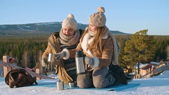 Thumbnail for Aufwärmen mit heißem Tee am Wintertag