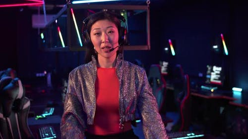 A Pretty Chinese Girl Starts a Live Broadcast with the Online Computer Games Championship