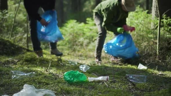 Menschen Freiwillige gehen durch Wald und sammeln verschiedene Müll für Recycling Spbd.
