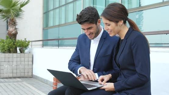 Thumbnail for Geschäftsleute arbeiten gemeinsam am Laptop Computer