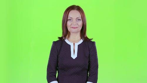 Frau schaut in die Ferne und lächelt. Grüner Bildschirm