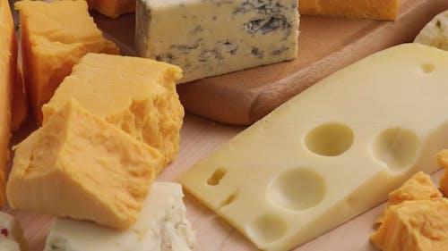 Auswahl an Käsesorten; Cheddar, Blauschimmelkäse, Schweizer Pepper Jack.