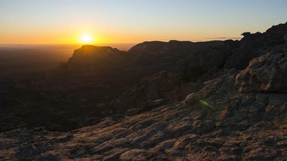 Thumbnail for 4K Timelapse du lever du soleil du sommet de Hollow Mountain, Grampians NP, Victoria, Australie