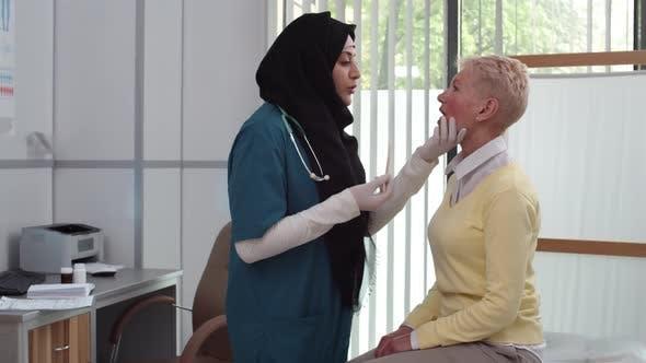 Patient bei ärztlicher Untersuchung