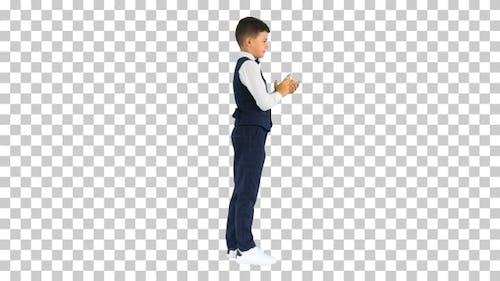Konzentrierter Junge benutzt digitales Tablet im Stehen, Alpha Channel