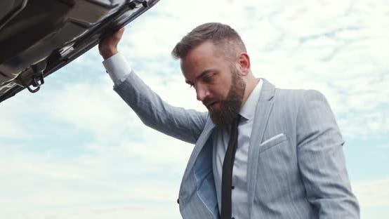 Thumbnail for Trauriger Geschäftsmann Öffnen Autohaube und Blick auf Panne Outdoo