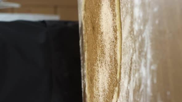 Vertical Shot Close Up Baker macht Brötchen aus Teigstreuseln Teig mit Zucker und Zimt