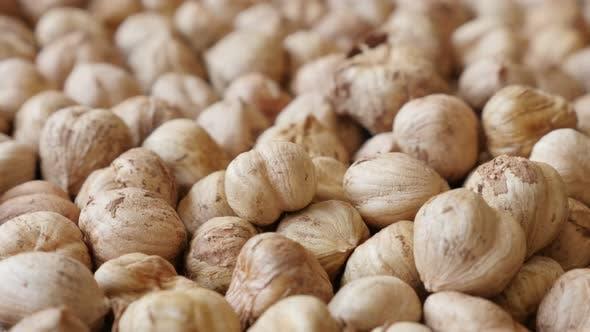 Thumbnail for Lebensmittel Hintergrund von rohen gemeinsamen Haselnüssen 4K 2160p 30fps UltraHD Filmmaterial - Cob Obst Corylus avellana