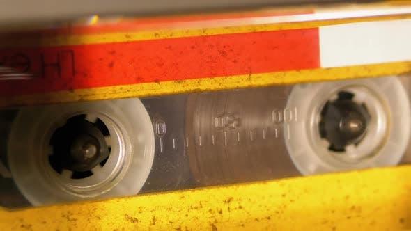 Zurückspulen eines in einen Kassettenrekorder eingefügten Audio assettenbandes