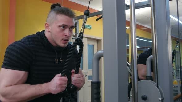 Muskelaufbau Training im Fitnessstudio auf einer Kabelmaschine
