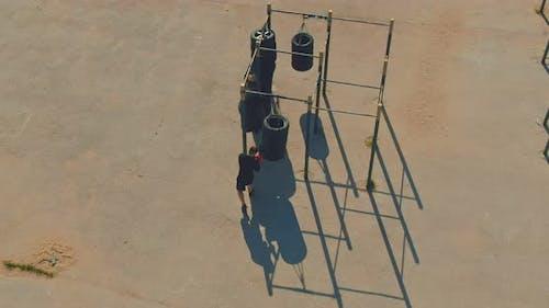 Boxer Übt Schläge auf einem Outdoor-Sportplatz