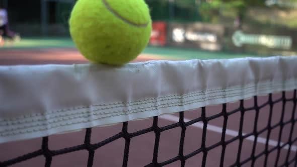 Thumbnail for Tennisball stecken im Gitter