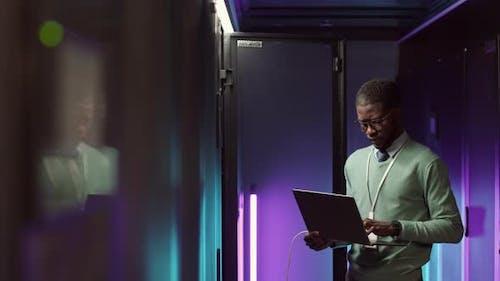 Junger Mann behält die Arbeit von Mainframe