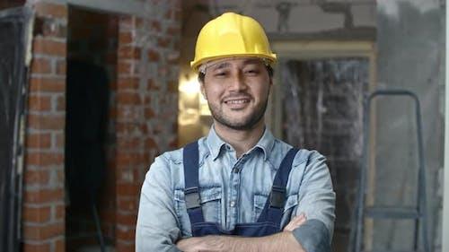 Junger Baumeister posiert