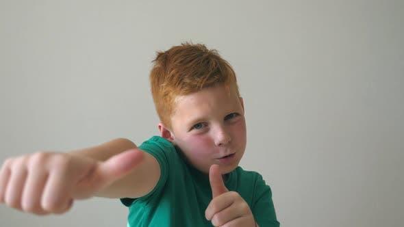 Porträt von Happy Red Hair Boy mit Sommersprossen